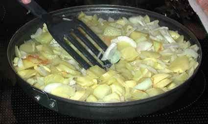 Koka potatisen och löken långsamt i oljan