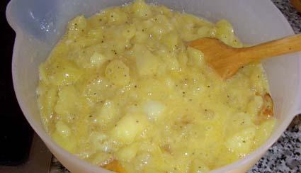 Häll potatisblandningen i skålen tillsammans med äggen och rör om