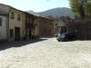 Det lilla huset med flaggorna är La Hiruelas kommunhus.