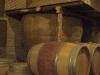 Bakom ekfaten står de gamla lerkrukorna där vinet lagrades förr.
