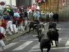 Så släpps de sex tjurarna från uppfödaren Dolores Aguirre ut på gatorna
