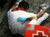 En tjurrusare blir omsedd av röda korset