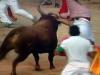 Även på tjurfäktningsarenan orsakar Gavioto fara, här flyger en kille i luften