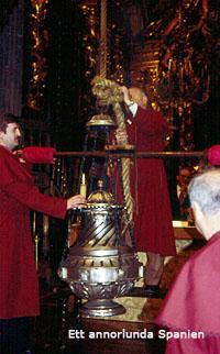 Rökelsekaret tänds i Santiago de Compostelas katedral.