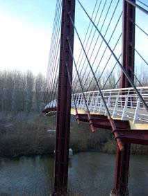 En ny graciös gångbro tar besökaren över Guadarramafloden