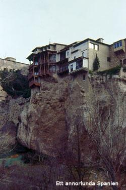 Husen hänger på bergväggen i Cuenca.