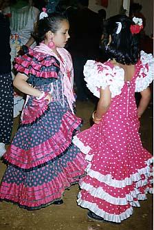 Två små flickor dansar sevillanas