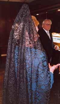 Vacker, svart bröllopsmantilla med hög peineta