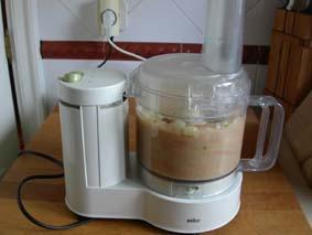 Grönsakerna blandas i matberedaren, jag brukar ta lite i taget och sedan hälla över det färdigmixade i en kastrull.