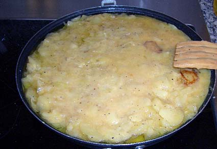 Tillsätt ägg- och potatisblandningen i pannan och sprid ut den jämt