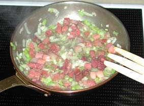 Stek skinktärningarna och purkolöken först.
