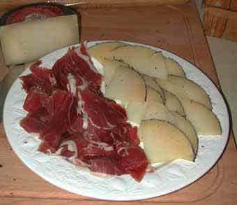Ett fat med jamón och Queso Machego