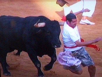 Denna killen kommer strax att bli stångad av tjuren...
