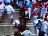 En kille trillar omkull på Santo Domingo och får snart hela tjurflocken över sig.