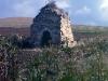 Ruinerna av Ábside de San Felices, Castilla y León. Allt som återstår av detta mosarabiska kloster från 900-talet är den hästskoformade entrén. Detta kapell var dedikerat till San Millán's mentor, San Felices. Enligt sägnen ligger staden Burgos grundare, greve Diego Rodríguez, begravd här.