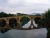 Den kända bron i Puente de la Reina, Navarra, som korsar floden Arga.