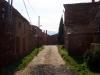 En gata med gamla rödfärgade hus i Villacorta.