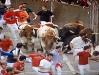 Både tjurar och tjurrusare har trillat omkull i Curva de Mercaderes.