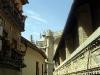Så dyker katedralen upp mellan taken i gränden.