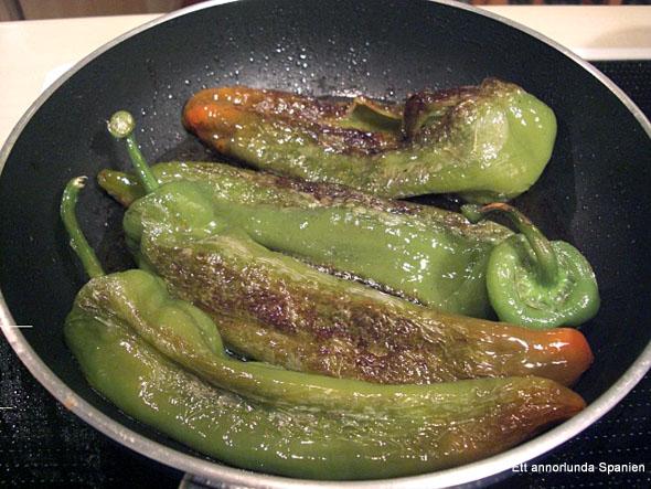De stekta paprikorna är färdiga för servering.