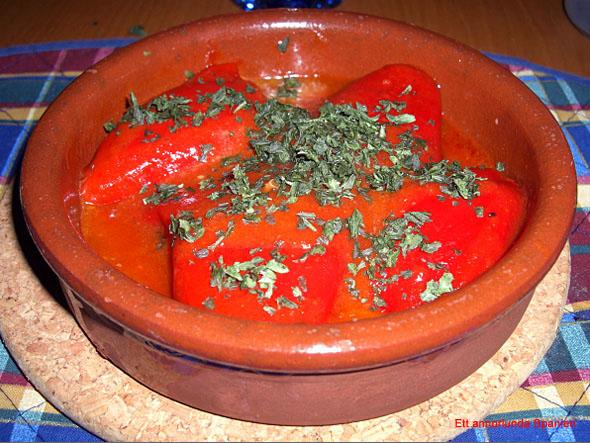 På bilden ovan fyllda paprikor med köttfärsfyllning serverad med spansk sås (med en aning tomatpuré i). På toppen finhackad persilja. Såsrecepten återfinns längst ner på denna sida.