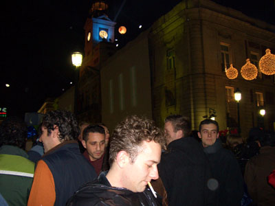 Ett packat torg på nyårsafton, 5 minuter innan år 2005