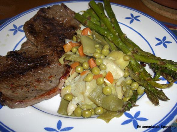 Menestra de verduras passar utmärkt till kött, förutom grönsakerna serveras här även grillad grön sparris - Trigueros a la plancha.