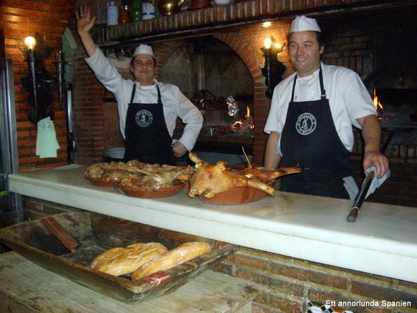 Helstekt lamm och spädgris tillagade i vedeldad ugn, här vid restaurang El Molino i Algete, norr om Madrid.