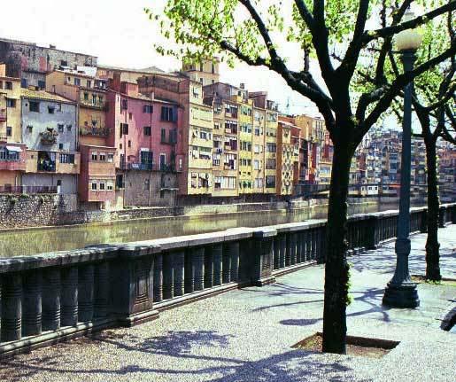 Det är också värt att göra en avstickare till Girona, en och en halv timme utanför Barcelona med tåg.