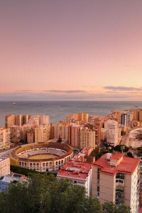 Stock_© Chris Hepburn Vy över Malaga, Spanien med Plaza de Toros (tjurfäktningsarenan) i förgrunden